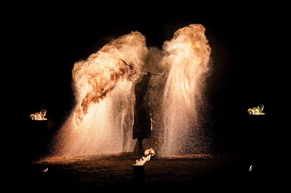 spectacle de feu,jongleur de feu,cracheur de feu,spectacle de feu bretagne,spectacle de feu pyrotechnique,compagnie belizama