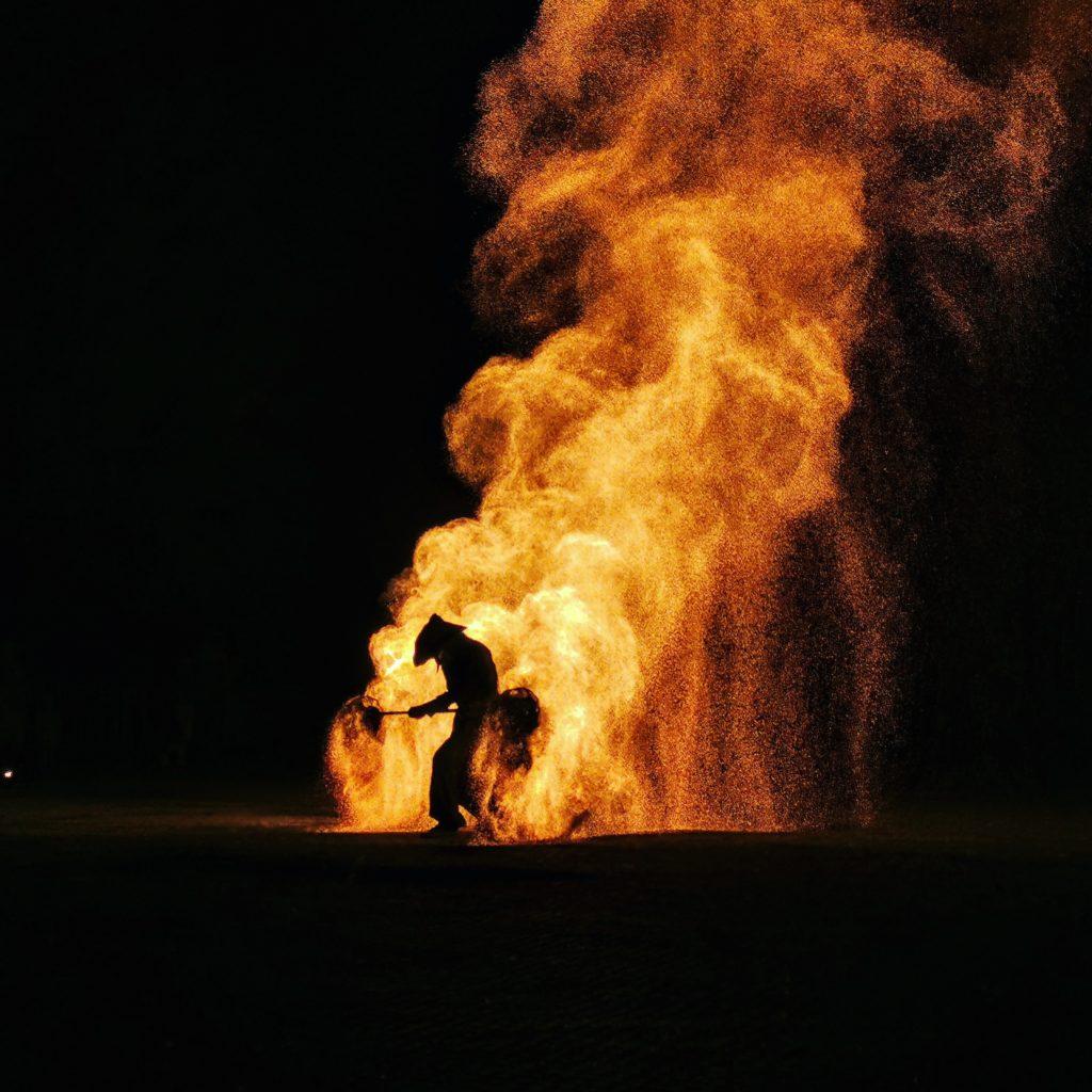 spectacle de feu-jongleur de feu-compagnie belizama-cracheur de feu-spectacle de rue-spectacle de feu bretagne-spectacle mariage-spectacle pyrotechnique-belizama-spectacle de feu mariage-spectacle de feu médiéval-spectacle médiéval-mariage bretagne