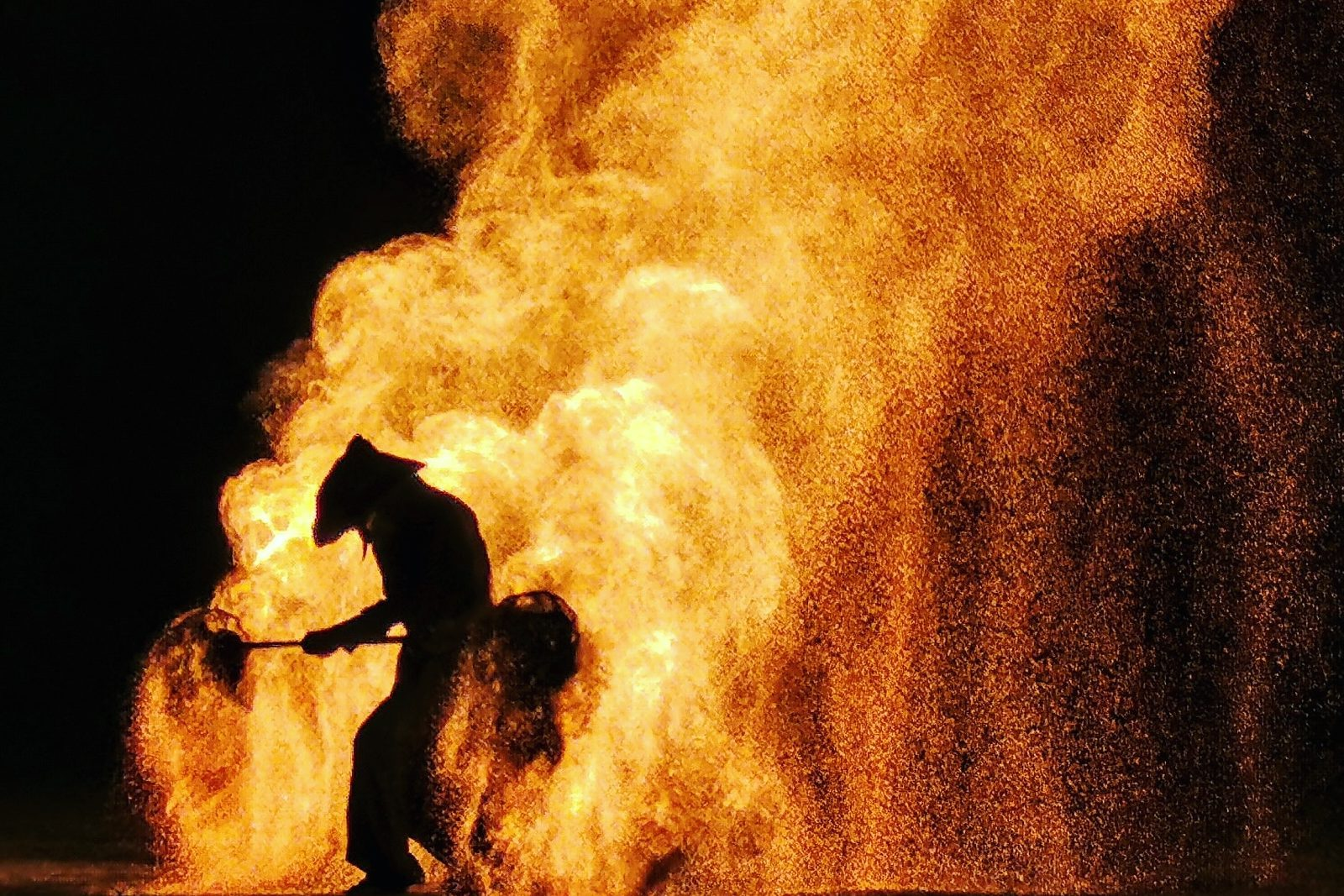 spectacle de feu,jongleurs de feu, compagnie belizama, cracheurs de feu, spectacle de rue, spectacle de feu bretagne, spectacle pyrotechnique, belizama,spectacle de rue